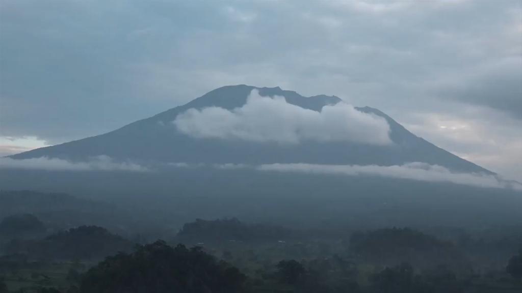 9RAW: Bali locals flee rumbling volcano