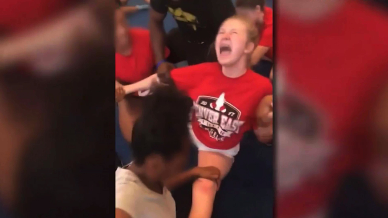 9RAW: Cheerleaders forced to do the splits