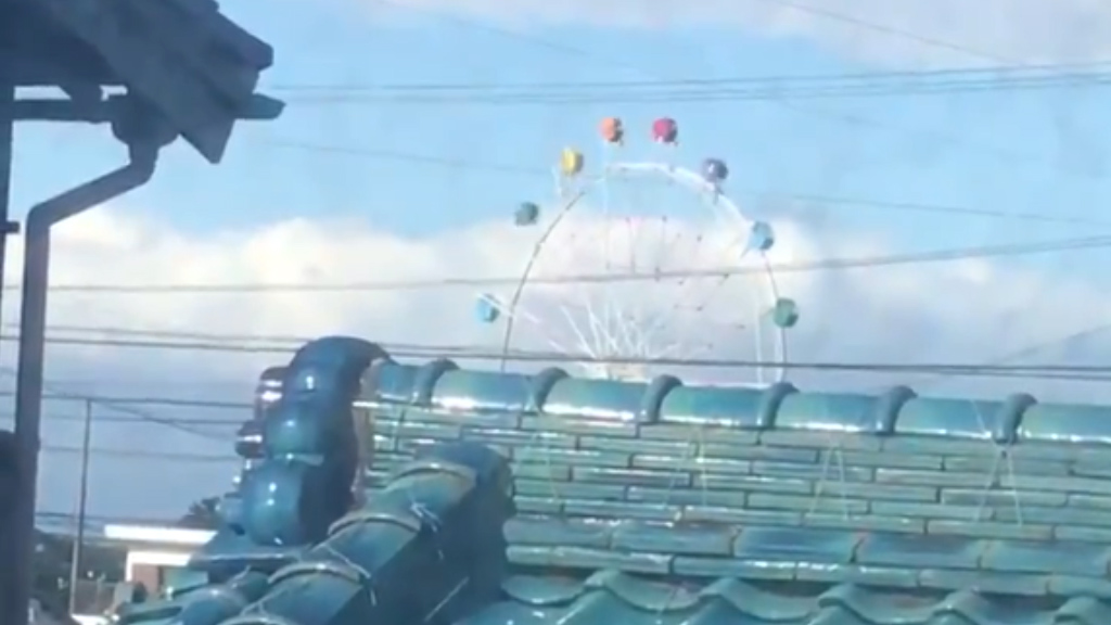 Wind sends ferris wheel carriages spinning