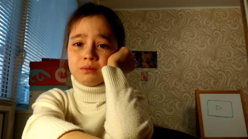 Heartbroken vlogger breaks down after no-show meet-up