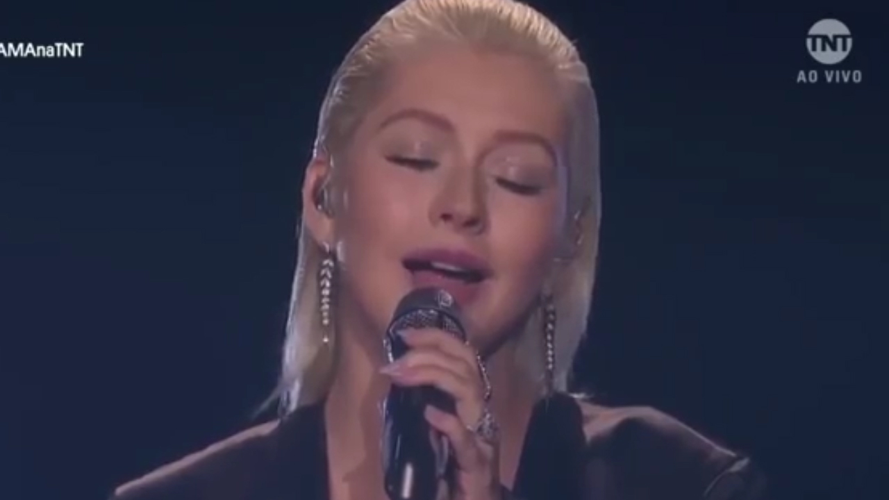 Xtina's Whitney Houston AMAs tribute