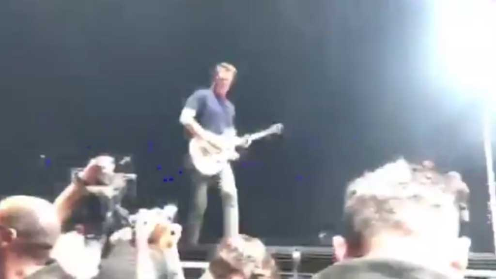 Josh Homme kicks female photographer in the head