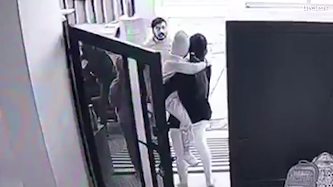 Man kidnaps child from doorstep in broad daylight