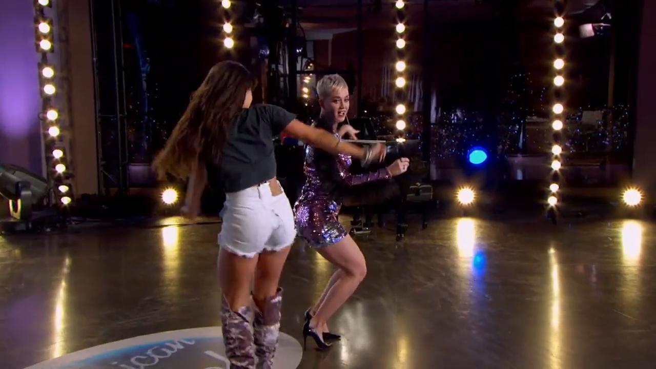 Katy Perry suffers wardrobe malfunction on 'American Idol'