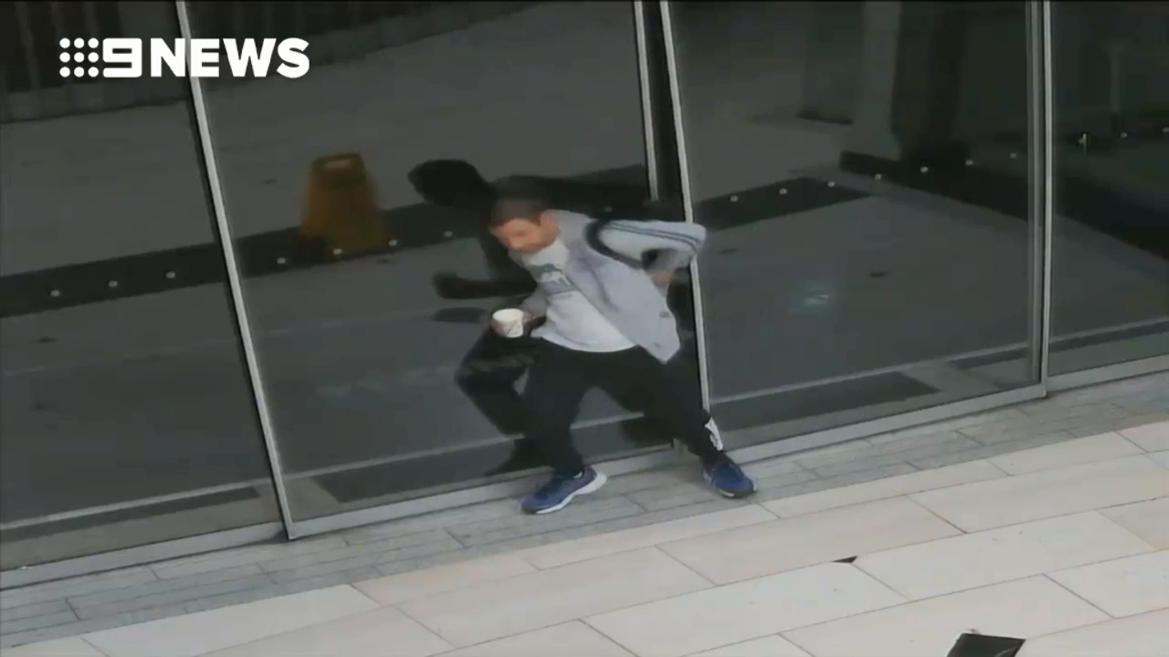 Bungling bookstore robber struggles with sliding door