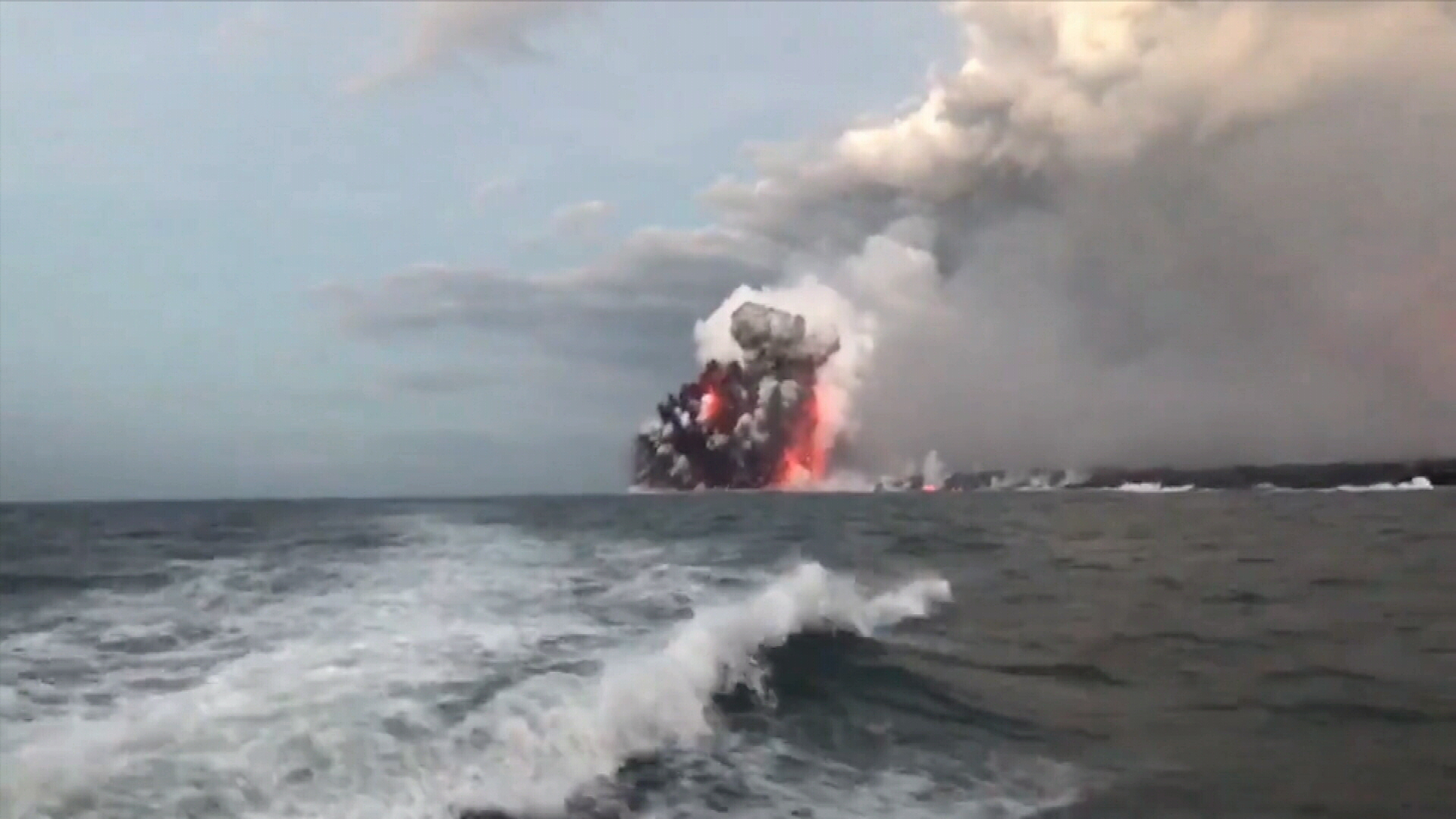 Hawaii tour boats continue despite lava explosion