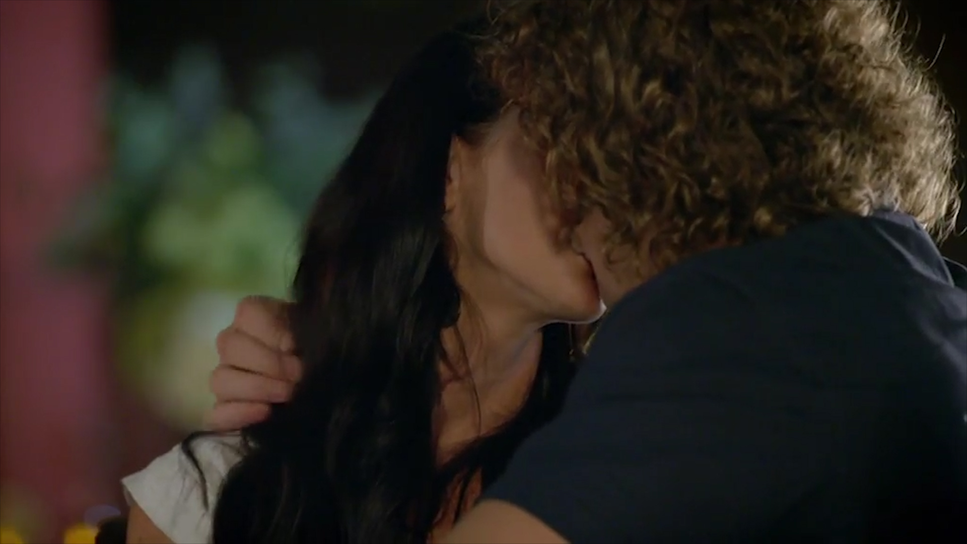 Nick Cummins gives 'The Bachelor' contestant a steamy kiss