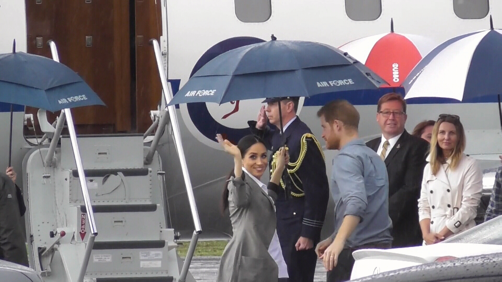 Prince Harry and Meghan depart Dubbo