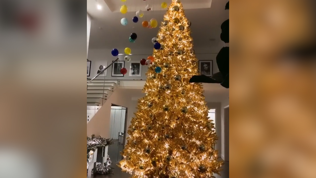 Kylie Jenner S Christmas Tree Kicks Off The Kardashian Christmas