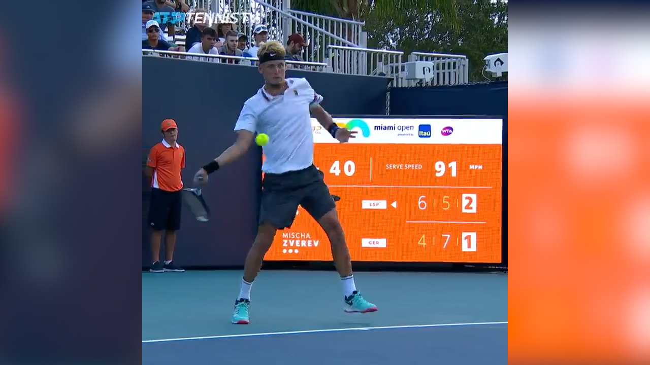 Tennis player collapses mid-point