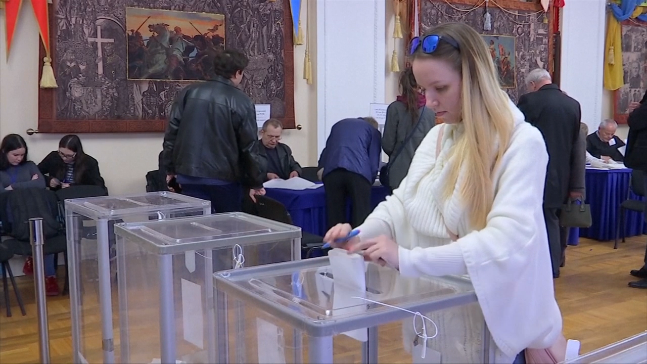 TV comic wins first round of election in jaded Ukraine