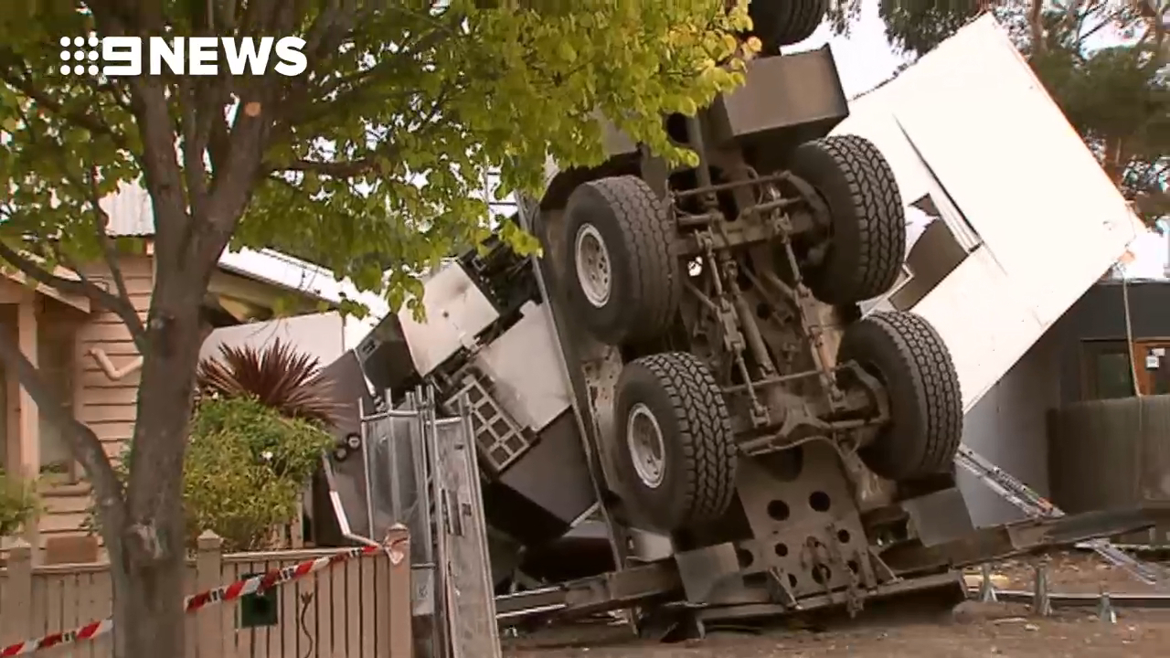 News Melbourne: Crane collapses on house Yarraville