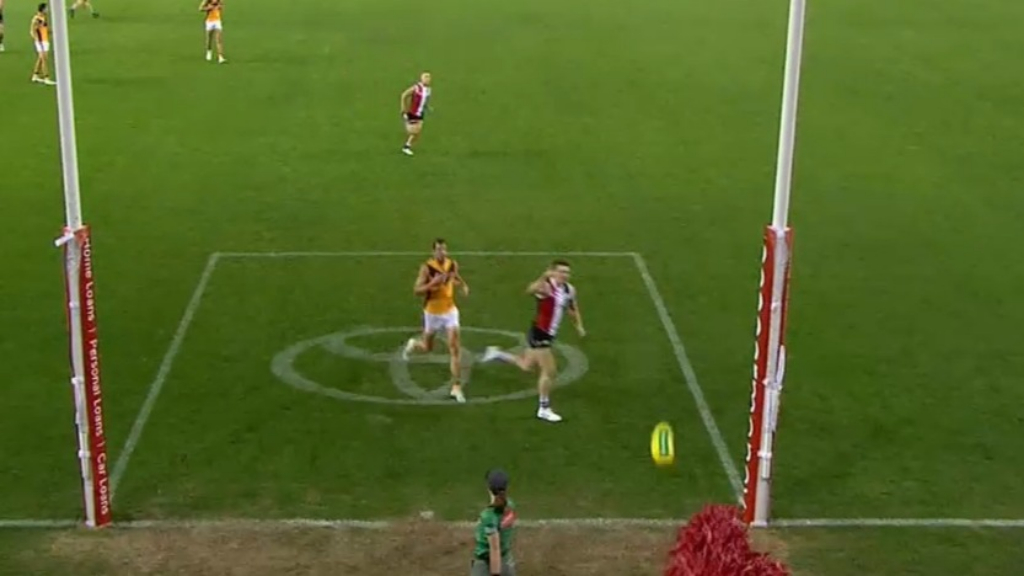 St Kilda pounce on Hawks error
