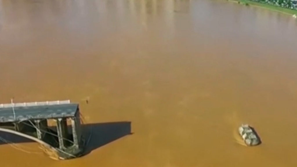 Southern China bridge collapses into river