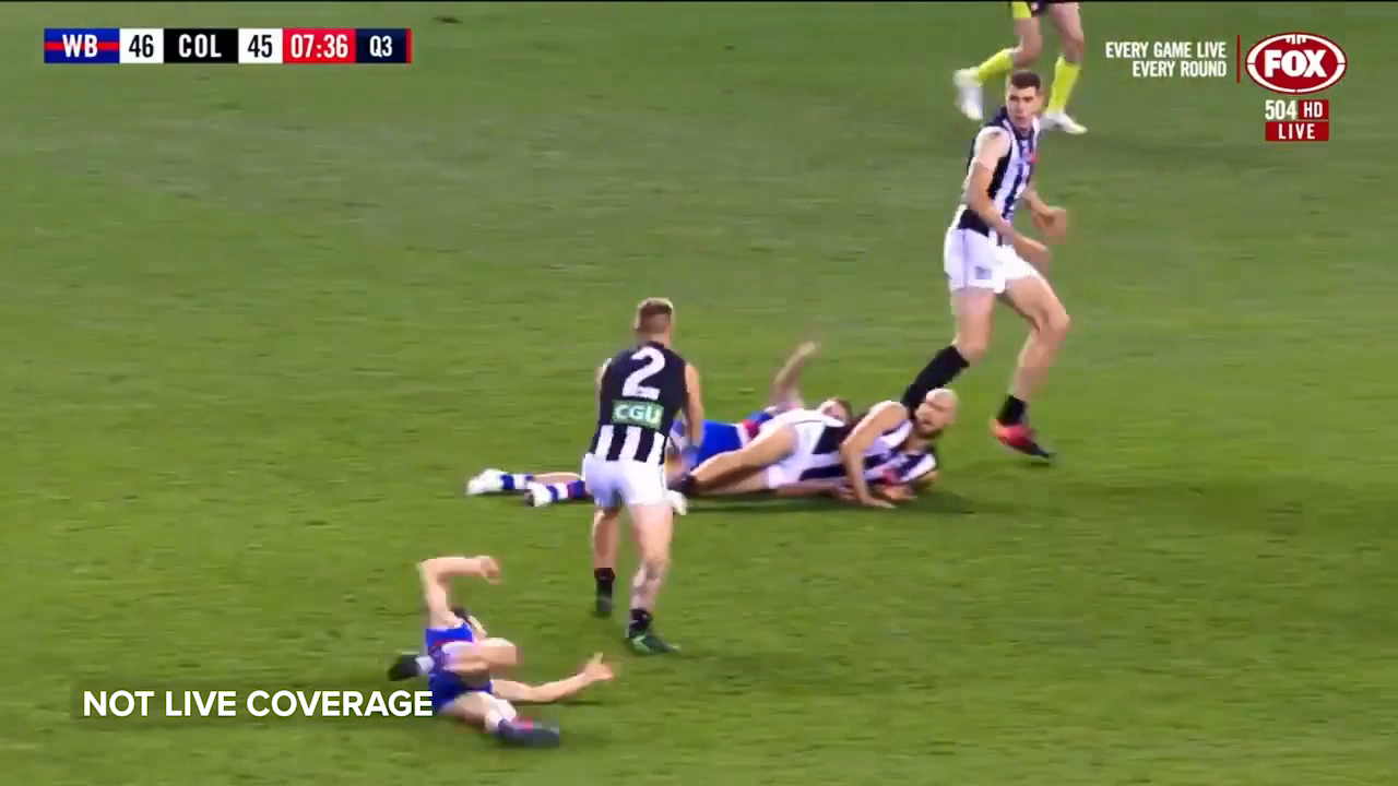 Collingwood star Jordan de Goey kicks a goal in heavy traffic against the Western Bulldogs