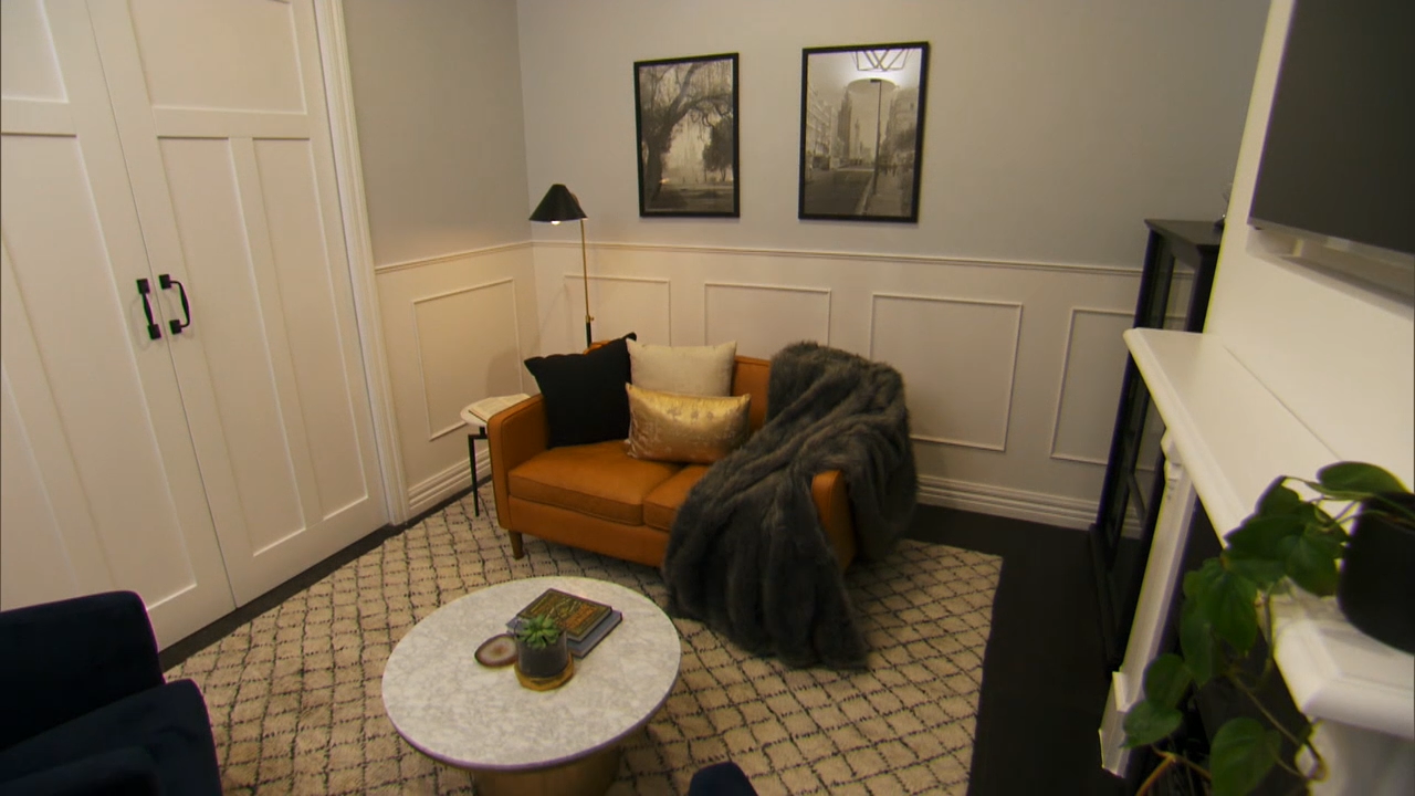 The judges walk through Clint and Hannah's sitting room
