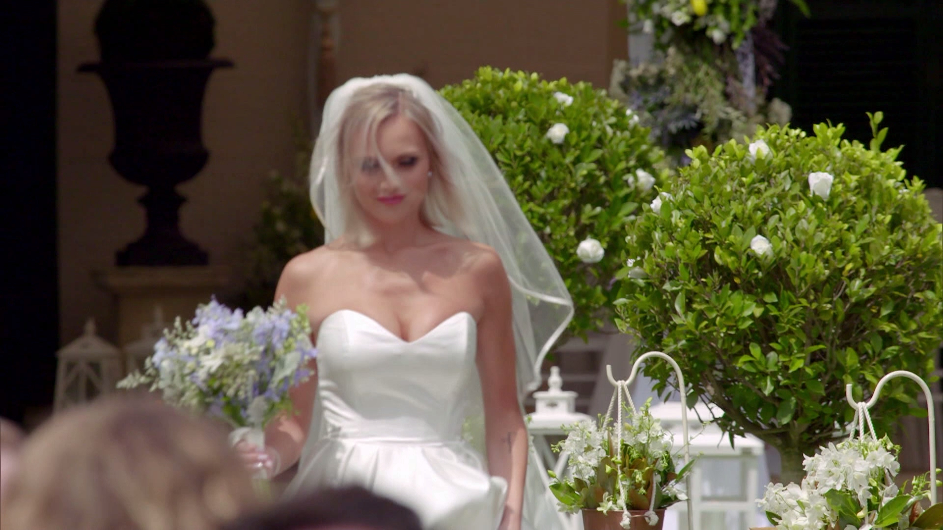 Susie walks herself down the aisle to wed Billy