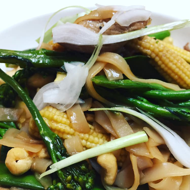 Healthy-Mummy-chicken-cashew-broccili-stir-fry-Sarah-Cryer