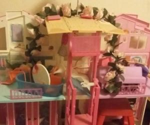 URGENT FREE PICKUP Barbie DollHouse