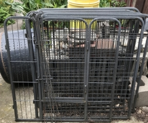Small animal pen with gate