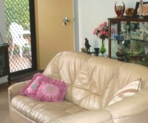 LEATHER  4-6 Seater COUCH - SPLENDID !!!