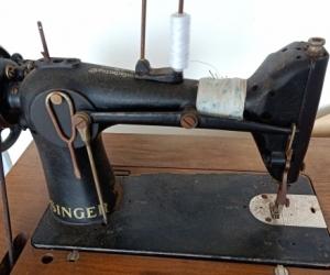 Singer Sewing Machine. Hybrid Electric + Pedal